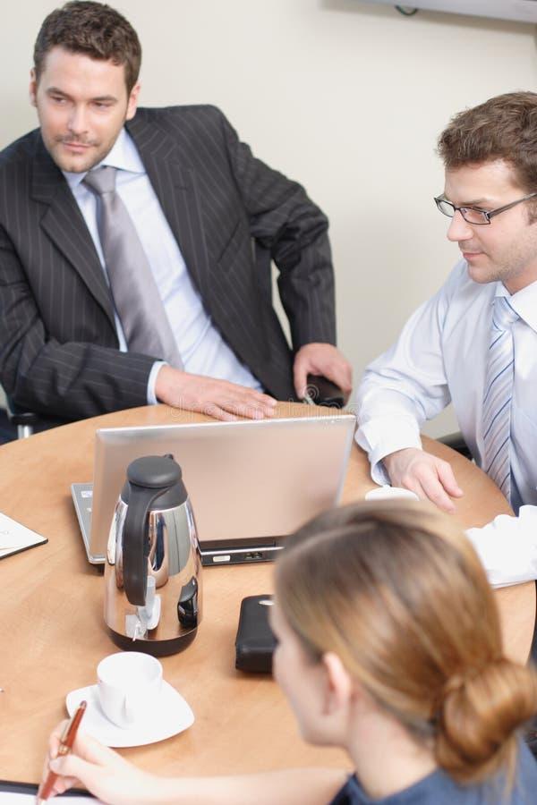 Grupo de executivos que trabalham no projeto imagem de stock