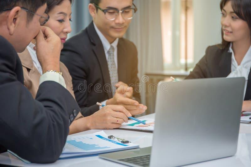 Grupo de executivos de reunião de planeamento fotos de stock