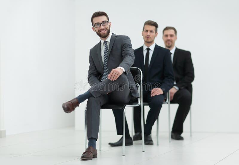 Grupo de executivos sérios que esperam a entrevista foto de stock
