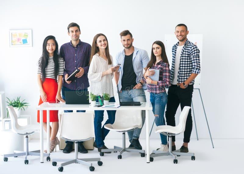 Grupo de executivos de sorriso no escritório fotos de stock