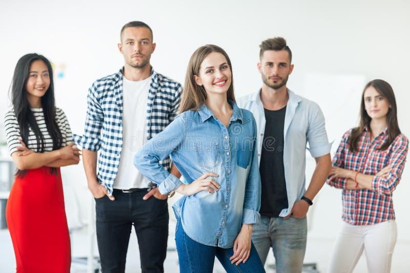 Grupo de executivos de sorriso no escritório imagem de stock royalty free