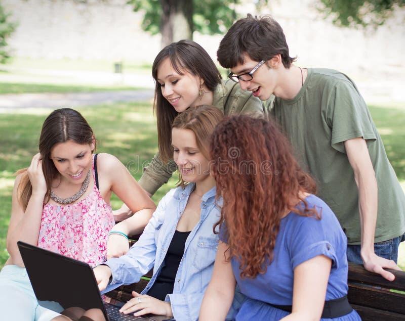 Grupo de faculdade/estudantes universitário com portátil imagens de stock royalty free