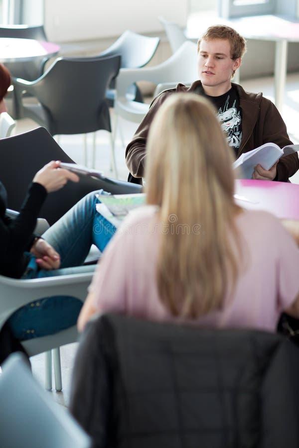Grupo de faculdade/estudantes universitário durante um freio fotos de stock royalty free