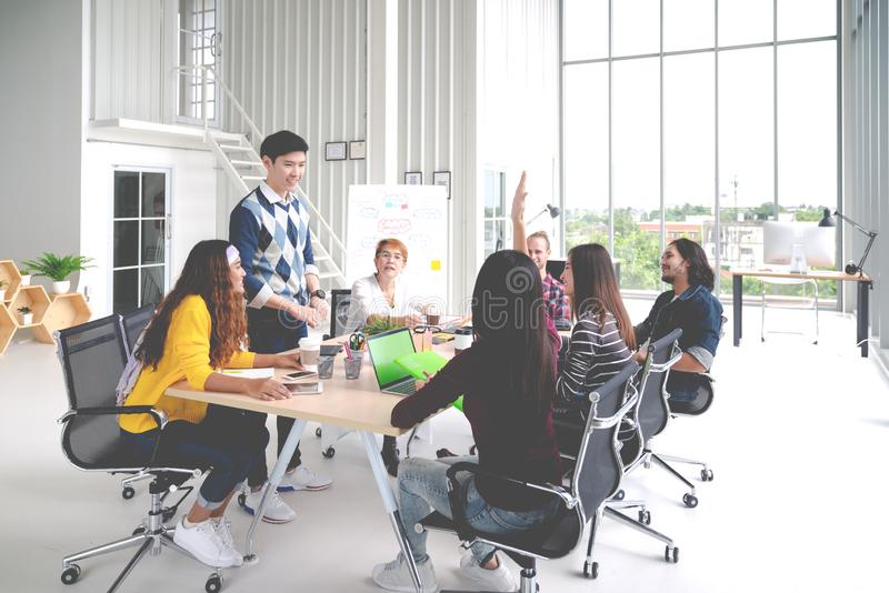 Grupo de fala, de sessão de reflexão, de compartilhando ou de treinando criativo asiático novo da equipe na reunião ou na oficina imagens de stock royalty free