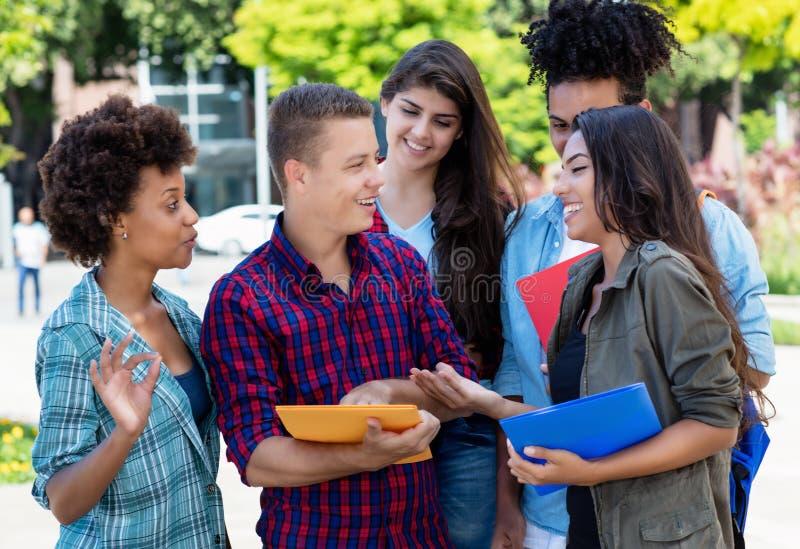 Grupo de falar e de aprender estudantes foto de stock
