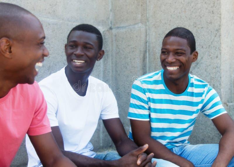 Grupo de falar refugiados afro-americanos foto de stock royalty free