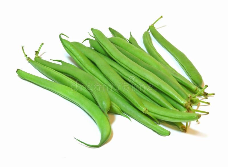 Grupo de feijões verdes frescos isolados em um fundo branco fotos de stock