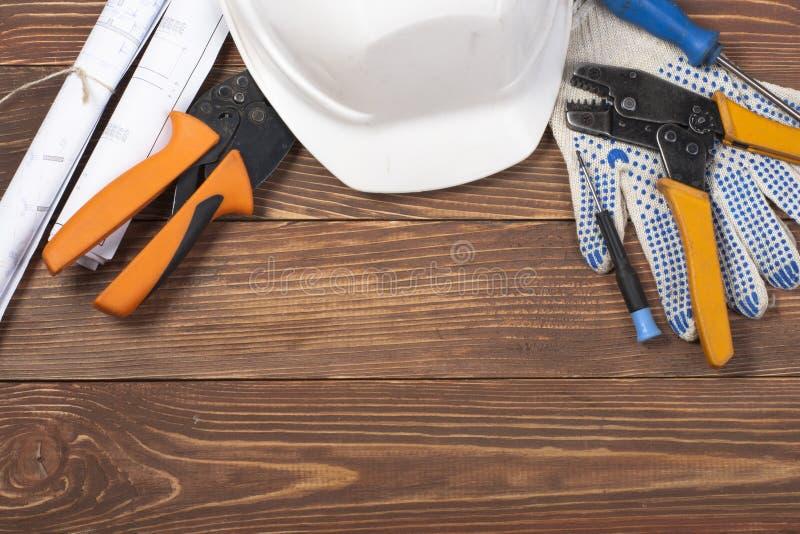 Grupo de ferramenta elétrica no fundo de madeira Acessórios para o trabalho de engenharia, conceito da energia fotos de stock royalty free