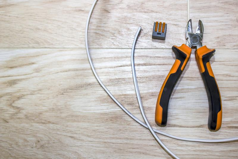 Grupo de ferramentas do eletricista, uma bobina do fio e interruptores fotos de stock royalty free