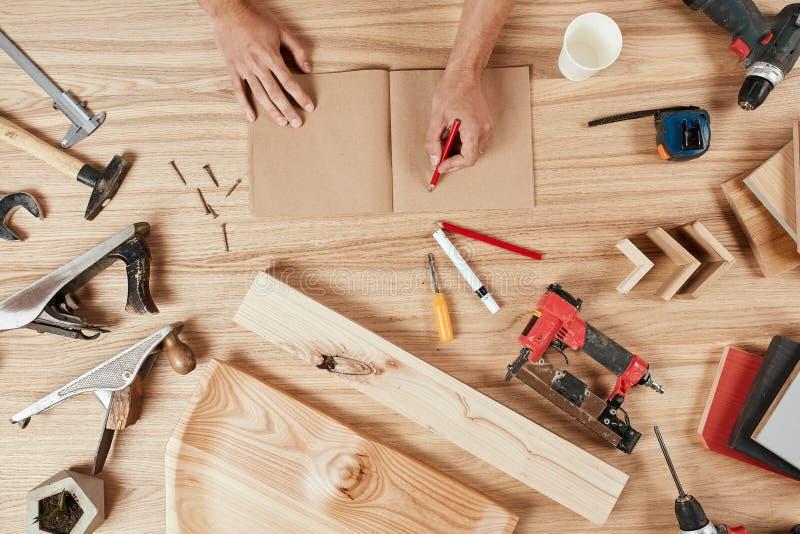 Grupo de ferramentas do ` s do carpinteiro no fundo de madeira fotografia de stock