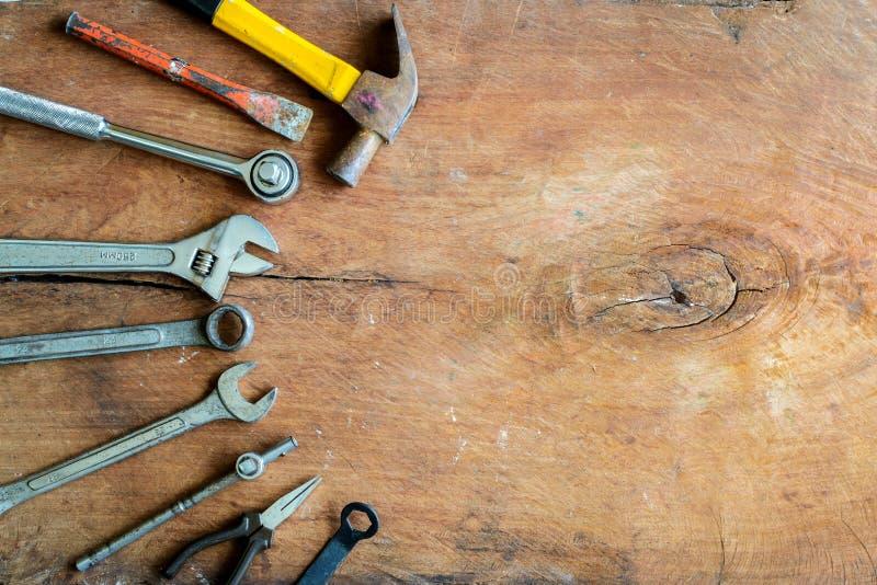 Grupo de ferramentas do trabalho no fundo velho da madeira do grunge foto de stock royalty free