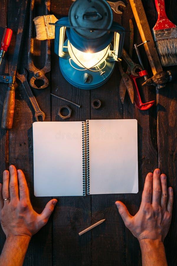Grupo de ferramentas do vintage, chapéu, lâmpada de gás no fundo de madeira marrom escuro Conceito do dia de pai com espaço vazio fotos de stock royalty free