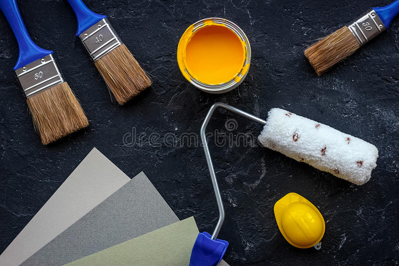 Grupo de ferramentas para pintar na opinião superior do fundo de pedra preto da mesa imagem de stock