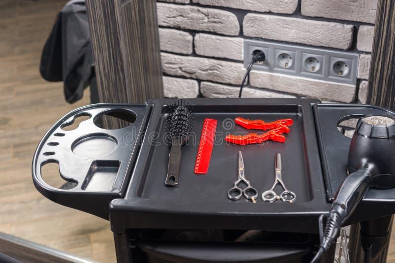 Grupo de ferramentas profissionais do cabeleireiro em um suporte especial fotos de stock