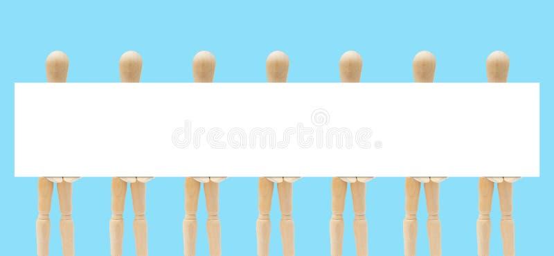 Grupo de figura de madera maniquí que sostiene el Libro Blanco del espacio vacío a disposición foto de archivo