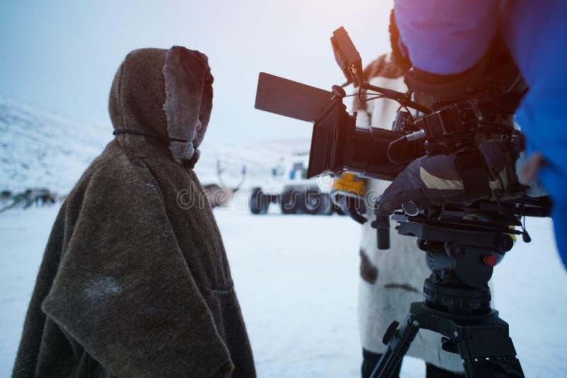 Grupo de filme que grava uma criança caucasiano, na estação Siberian do inverno Atrás das cenas imagens de stock