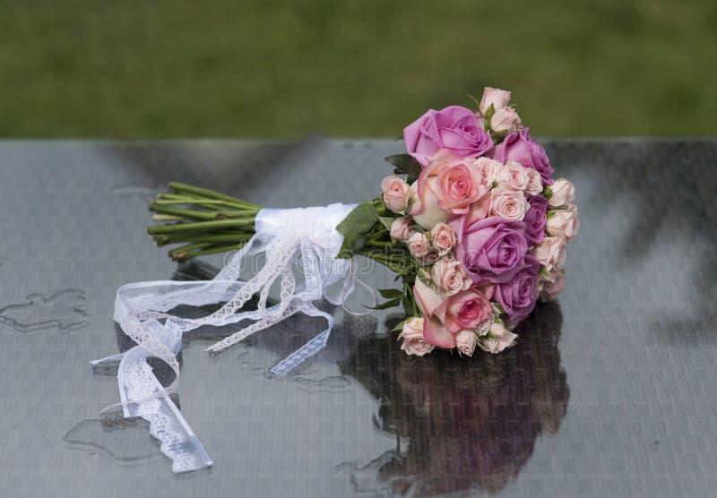 Grupo de flores cor-de-rosa na tabela no fundo natural imagem de stock royalty free