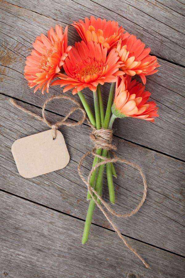 Grupo de flores do gerbera com etiqueta foto de stock