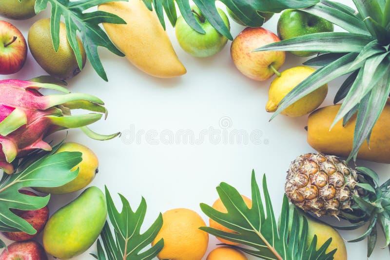 Grupo de frutas en el espacio blanco fotografía de archivo libre de regalías