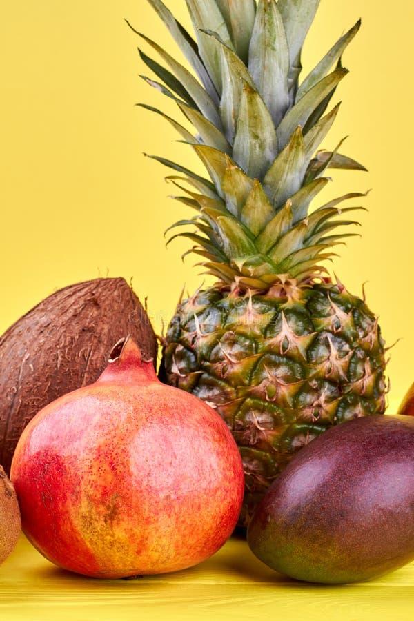 Grupo de frutos tropicais frescos fotografia de stock royalty free