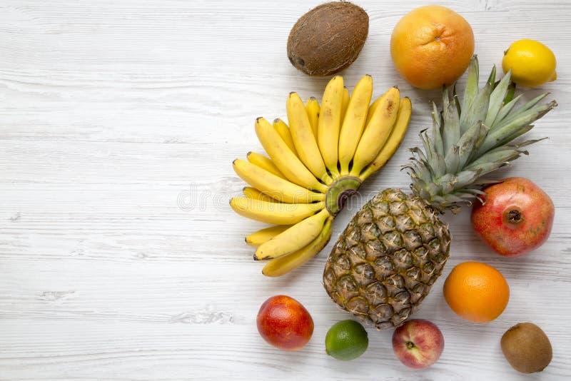Grupo de frutos tropicais frescos sobre o fundo de madeira branco, vista superior fotos de stock