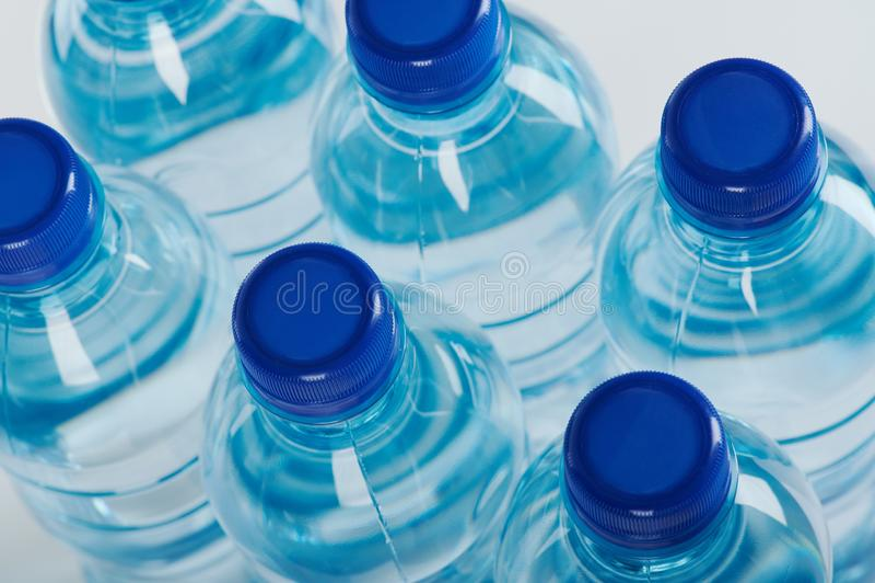 Grupo de garrafas plásticas azuis foto de stock