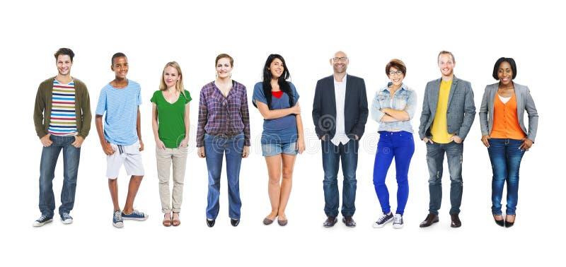Grupo de gente colorida multiétnica en fila imagen de archivo libre de regalías