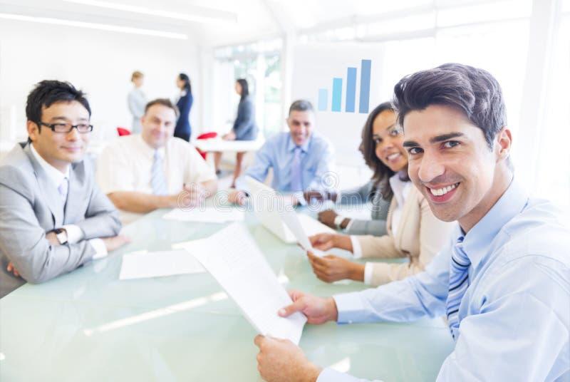 Grupo de gente corporativa multiétnica que tiene una reunión de negocios fotos de archivo