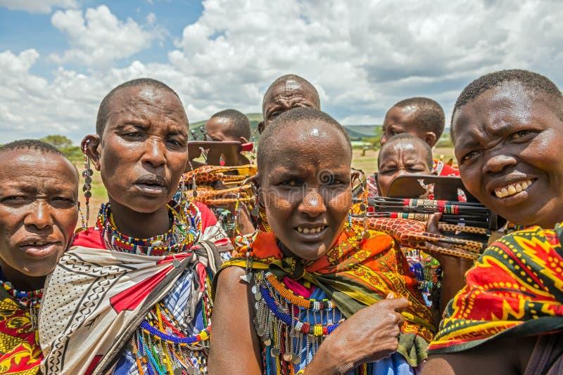 Grupo de gente de Maasai con la venta tradicional de la joyería su ho fotografía de archivo
