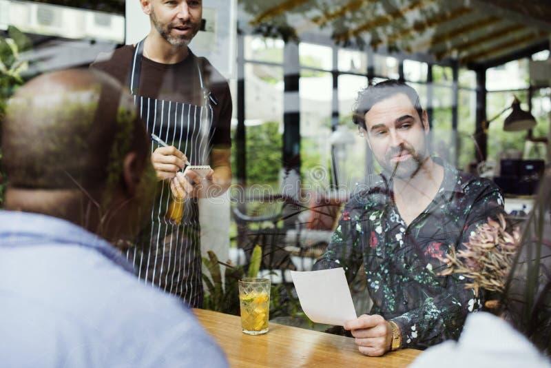 Grupo de gente diversa en el restaurante imagen de archivo libre de regalías
