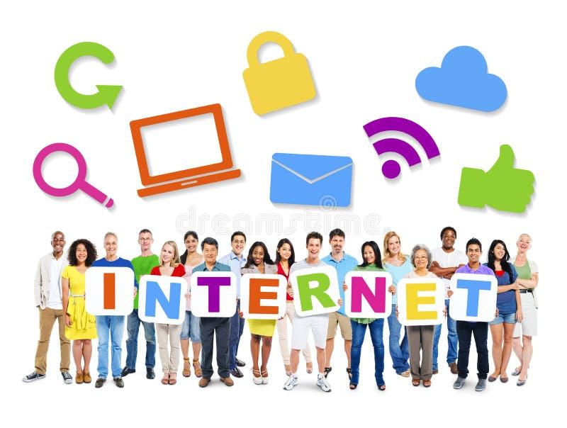 Grupo de gente diversa que lleva a cabo Internet de la palabra fotos de archivo