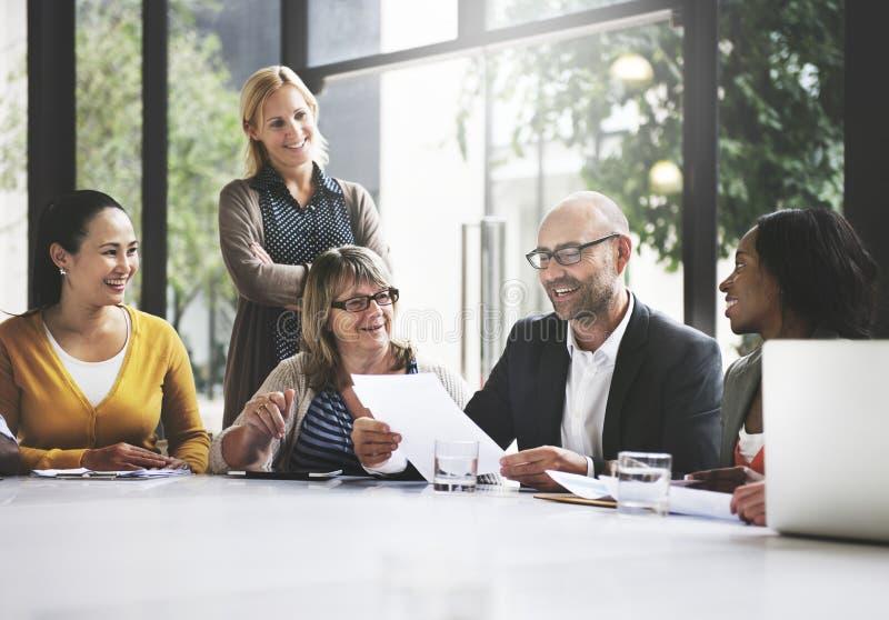 Grupo de gente diversa que tiene una reunión de negocios fotos de archivo