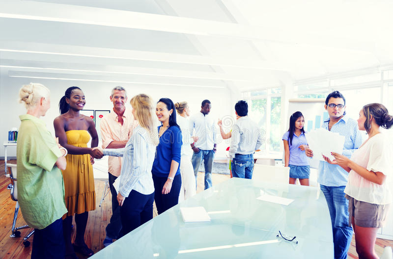 Grupo de gente diversa que trabaja en la oficina foto de archivo