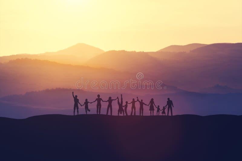Grupo de gente feliz en la puesta del sol ilustración del vector
