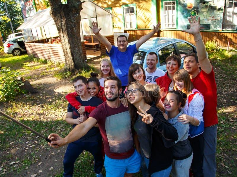 Grupo de gente feliz que toma el selfie al aire libre fotografía de archivo