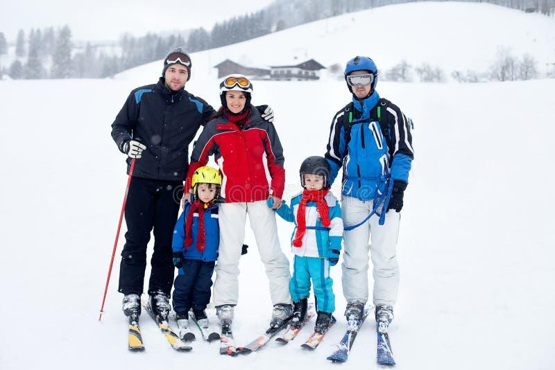 Grupo de gente hermosa joven, adultos y niños, esquiando foto de archivo libre de regalías
