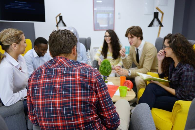 Grupo de gente joven, empresarios de lanzamiento que trabajan en su empresa en espacio coworking imagenes de archivo