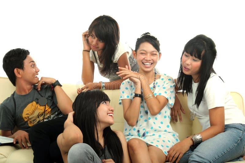 Grupo de gente joven en el sofá fotografía de archivo