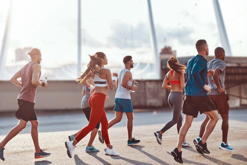 Grupo de gente joven en ropa de los deportes imagenes de archivo