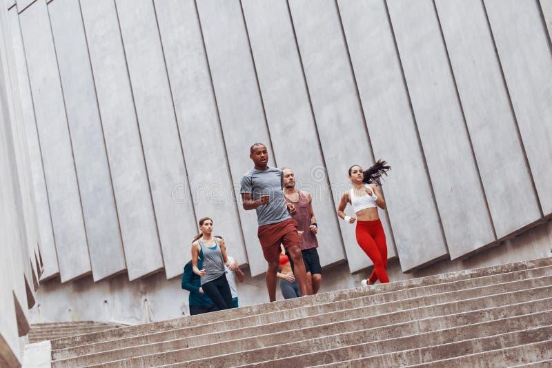 Grupo de gente joven en ropa de los deportes foto de archivo libre de regalías
