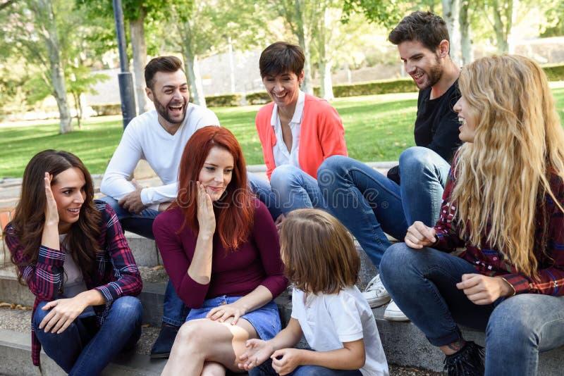 Grupo de gente joven junto al aire libre en fondo urbano fotos de archivo libres de regalías