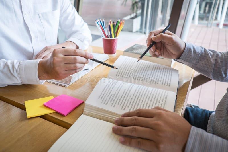 Grupo de gente joven que aprende estudiando la nueva lecci?n al conocimiento en biblioteca durante la ayuda ense?ando a la educac imágenes de archivo libres de regalías