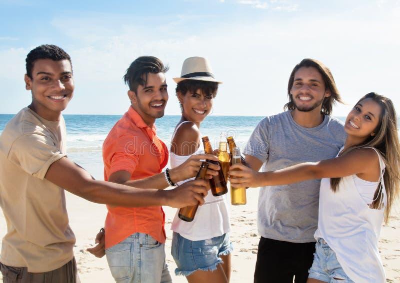 Grupo de gente joven que celebra las vacaciones de primavera fotos de archivo