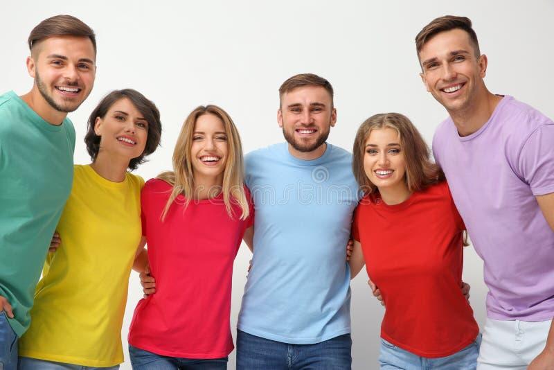 Grupo de gente joven que se abraza imagen de archivo