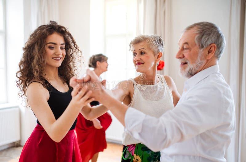 Grupo de gente mayor en clase de baile con el profesor de la danza imágenes de archivo libres de regalías