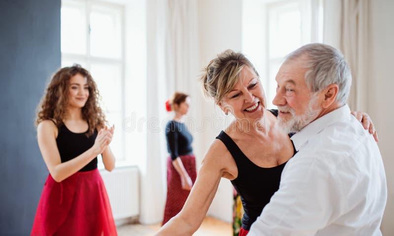 Grupo de gente mayor en clase de baile con el profesor de la danza fotos de archivo