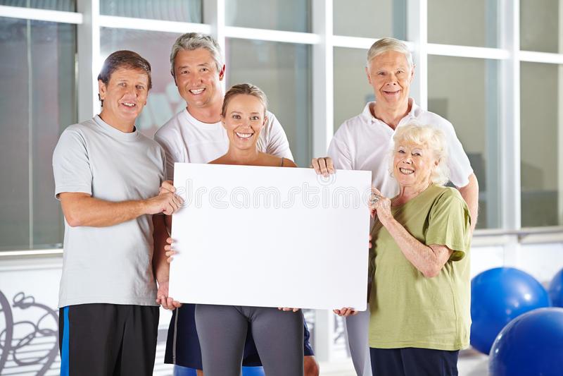 Grupo de gente mayor que lleva a cabo la muestra vacía imagen de archivo