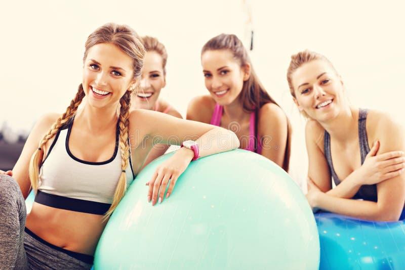 Grupo de gente sonriente que hace aeróbicos con las bolas fotografía de archivo libre de regalías