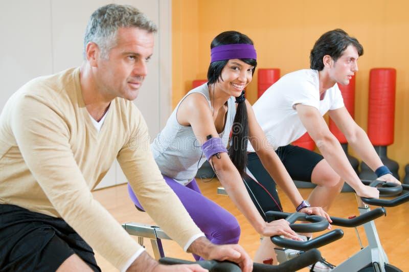 Grupo de giro del ejercicio en la gimnasia fotografía de archivo