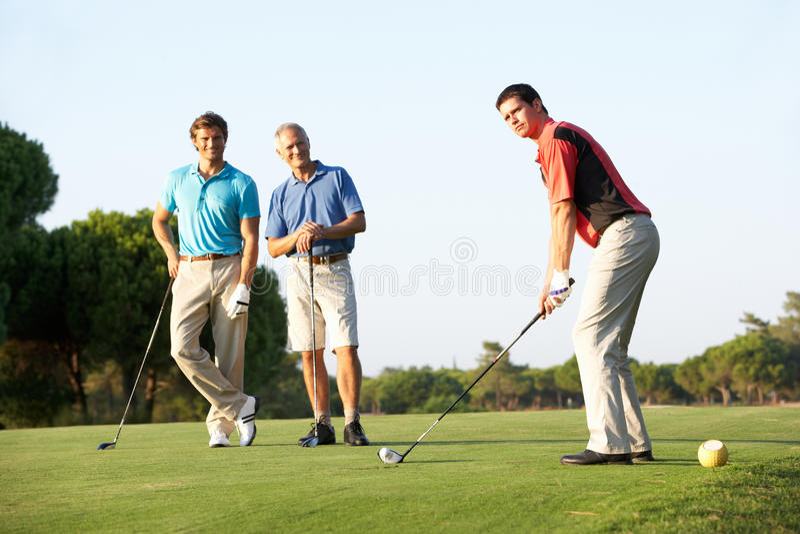 Grupo de golfistas masculinos que juntan con te apagado imagen de archivo libre de regalías